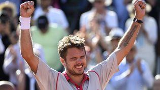 Stan Wawrinka célèbre sa victoire face à Novak Djokovic, lors de la finale de Roland-Garros, à Paris, le 7 juin 2015. (DOMINIQUE FAGET / AFP)