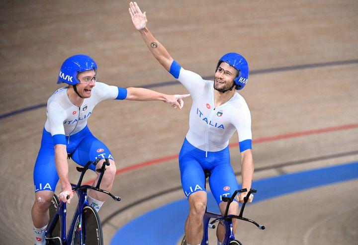 Simone Consonni e Filippo & Nbsp;  Ganna dopo che l'Italia ha vinto l'inseguimento a squadre del 4 agosto (GREG BAKER/AFP)