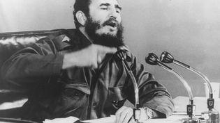 Le Premier ministre cubain Fidel Castro donne une conférence de presse le 1er octobre 1971 à Cuba. (HULTON ARCHIVE / GETTY IMAGES)