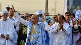L'actuel président de la Mauritanie,Mohamed Ould Ghazouani (G), aux côtés de son prédécesseur et mentor,Mohamed Ould Abdel Aziz (D), lors de la campagne présidentielle en juin 2019 à Nouakchott. (SIA KAMBOU / AFP)