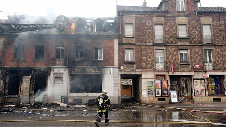 Un pompier devant la maison qui a brûlé à Mulhouse (Haut-Rhin) faisant trois morts, le 1er novembre 2011. (SEBASTIEN BOZON / AFP)
