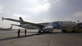 Un avion de la compagnie EgyptAir, à l'aéroport du Caire (Egypte), le 5 septembre 2013. (MOHAMED ABD EL GHANY / REUTERS)