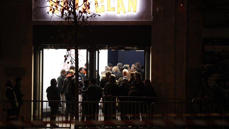 L'entrée du Bataclan, où des spectateurs font la queue pour entrer le soir de la réouverture de la salle, le 12 novembre 2016. (FRANCOIS GUILLOT / AFP)