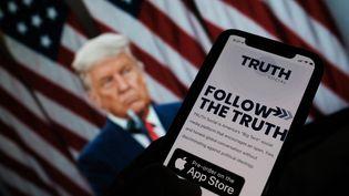 Une image illustrant le futur réseau Truth Social lancé par l'ancien président Donald Trump s'affiche sur un écran d'ordinateur à Los Angeles (Californie, Etats-Unis) le 20 octobre 2021. (CHRIS DELMAS / AFP)