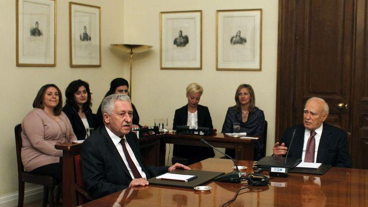 Réunion politique entre le président grecCarolos Papoulias (dr.) etFotis Kouvelis, du parti de gauche Dimar, à Athènes (Grèce), le 13 mai 2012. (KOSTAS TSIRONIS / AFP)