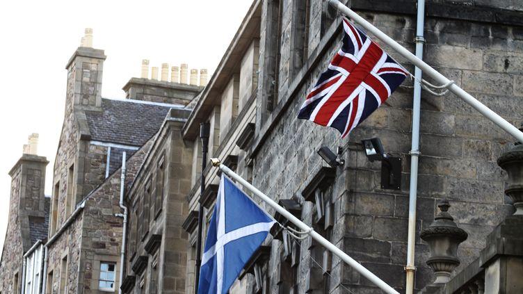 Les drapeaux écossais et britannique à Edinbourg (Ecosse). (CITIZENSIDE / THIBAUT GODET / AFP)