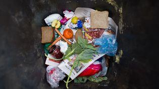 Le contenu d'une poubelle, à Francfort (Allemagne), le 13 mars 2015. (PATRICK PLEUL / DPA)