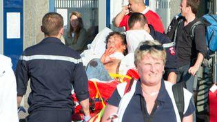 Un blessé est transporté à la sortie du Thalys, en gare d'Arras (Pas-de-Calais), le 21 août 2015. ( AFP )