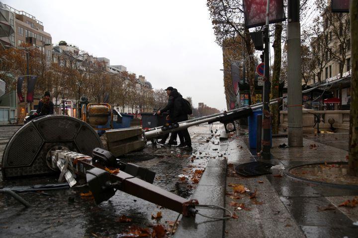 Des feux tricolores endommagés, le 25 novembre 2018 sur les Champs-Elysées. (ZAKARIA ABDELKAFI / AFP)