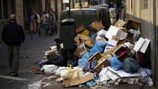 9 novembre 2013 à Madrid, des poubelles remplies dans les rues du centre-ville (SERGIO PEREZ / REUTERS)