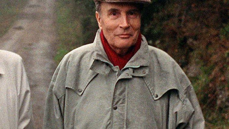 François Mitterrand, alors en campagne pour l'élection présidentielle, le 19 avril 1988 dans l'Hérault. (PATRICK HERTZOG / AFP)