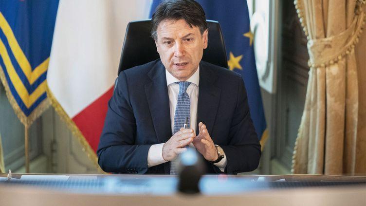 Le Premier ministre italien, Giuseppe Conte, dans son bureau à Rome, le 23 avril 2020. (HANDOUT / PALAZZO CHIGI PRESS OFFICE / AFP)