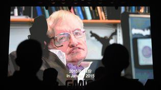 Des participants écoutent un discours enregistré par le physicien britannique Stephen Hawking sur l'intelligence artificielle à la Conférence mondiale sur l'Internet mobile (GMIC) à Beijing, Chine), le 27 avril 2017. (GREG BAKER / AFP)