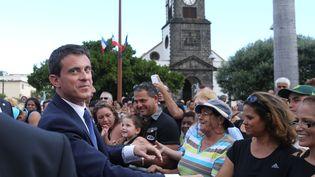 Le Premier ministre français, Manuel Valls, rencontre des habitants de l'île de la Réunion, au début d'une visite de deux jours,le 11 juin 2015. (RICHARD BOUHET / AFP)