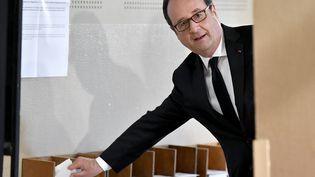 François Hollande vote pour le premier tour de l'élection présidentielle, à Tulle (Corrèze), le 23 avril 2017. (AFP)