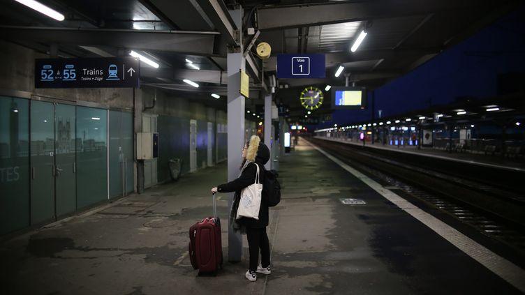 Une passagère coincée en gare de Nantes, le 21 décembre 2019. (ROMAIN BOULANGER / MAXPPP)