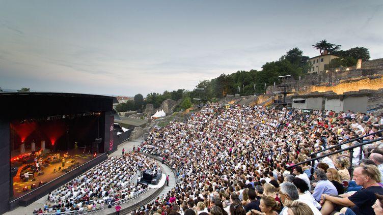 """Le public rassemblé en masse lors du festival """"Les Nuits de Fourvière"""", à Lyon, en 2013. (BORCHI-ANA / ONLY FRANCE / AFP)"""