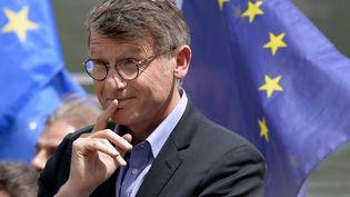 Vincent Peillon, le 9 mai 2014, lors de la campagne pour les élections européennes à Lyon (Rhône). (JEAN-PHILIPPE KSIAZEK / AFP)