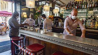 Un bar à Bordeaux réorganisé en fonction des mesures sanitaires liées au coronavirus (photo d'illustration). (CB / EPA)