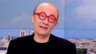Philippe Geluck avec les lunettes rouges chères à son ami Jean-Pierre Coffe  (France2/culturebox)
