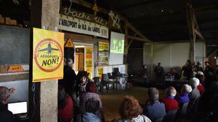 Des opposants au projet d'aéroport de Notre-Dame-des-Landes se réunissent, le 26 juin 2016, jour du référendum en Loire-Atlantique. (LOIC VENANCE / AFP)