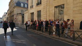 Devant l'Hôtel de Matignon, la queue n'est pas bien longue à l'occasion de l'édition 2019 des Journées du patrimoine. (MANON VAUTIER-CHOLLET / RADIO FRANCE)