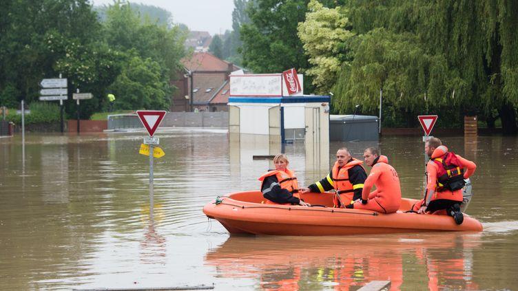Des pompiers patrouillent dans le village inondé deBruay-la-Buissiere, près de Lens, dans les Haut-de-France, le 31 mai 2016. (DENIS CHARLET / AFP)