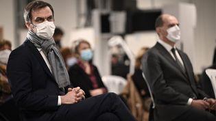 Le ministre de la Santé, Olivier Véran (à gauche), et le Premier ministre, Jean Castex (à droite), assistent à la présentation du plan de vaccination en Occitanie, lors de la visite d'usine à Bazet (Hautes-Pyrénées), le 9 janvier 2021. (LIONEL BONAVENTURE / AFP)