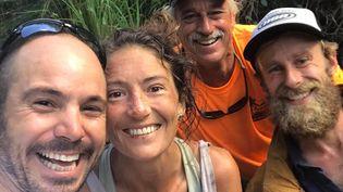 Amanda Eller pose avec trois hommes venus à son secours, le 24 mai 2019, dans la réserve de Makawao sur l'île hawaïenne de Maui (Etats-Unis). (JAVIER CANTELLOPS / FACEBOOK.COM/AMANDAELLERSMISSING / AFP)