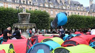 Des tentes installées sur la place des Vosges, à Paris, le 29 juillet 2021. (ALAIN JOCARD / AFP)