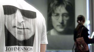 Devant le muséeJohn-Lennon deOmiya, près de Tokyo (Japon), le 8 décembre 2000. (TORU YAMANAKA / AFP)