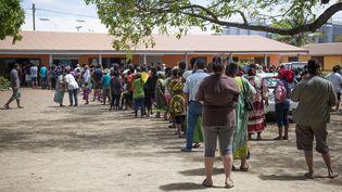 Une file d'attente devant un bureau de vote de Nouméa à l'occasion du référendum sur l'indépendance de la Nouvelle-Calédonie, dimanche 4 novembre 2018. (MATHURIN DEREL / AP / SIPA)