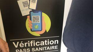 Une affiche de vérification du pass sanitaire à l'entrée du CHU de Limoges (Haute-Vienne) (MICKAËL CHAILLOUX / RADIO FRANCE)