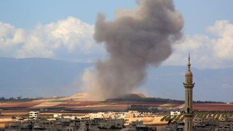 De la fumée après un bombardement dans un village dans la région d'Idlib en Syrie, le 7 septembre 2018. (ANAS AL-DYAB / AFP)