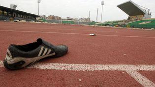 Une chaussure abandonnée sur le stade de Port-Saïd (Egypte), après le match du 1er février. (MOHAMED ABD EL GHANY / REUTERS)