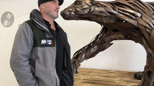 Pascal Bejeannin et son ours Atsunaï Kammak, exposé à l'Espace des mondes polaires de Prémanon (Jura) (M.Herenstein)