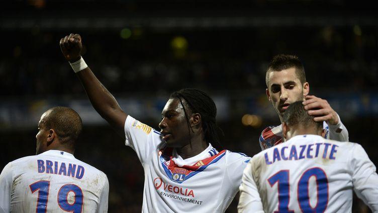 Bafetimbi Gomis (2e en partant de la gauche) félicite ses camarades après avoir marqué face à Troyes, lors de la demi-finale de la Coupe de la Ligue, au stade Gerland, à Lyon (Rhône), le 5 février 2014. (PHILIPPE DESMAZES / AFP)
