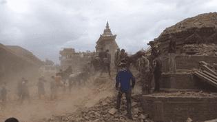 Le tremblement de terre au Népal a duré entre trente secondes et deux minutes, selon les témoins, samedi 25 avril. ( FRANCE 2)
