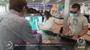 Ces rayons UV sont capables de tuer le virus sur les bagages. (France 2)