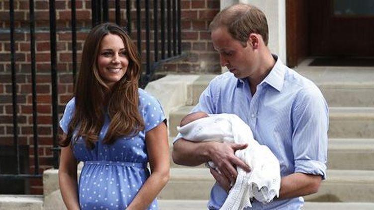 La princesse Kate, duchesse de Cambridge, et le prince William, duc de Cambridge, présentent leur bébé aux curieux et aux médias devant l'hôpital St-Mary de Londres le 23 juillet 2013.  (Reuters - Suzanne Plunkett)