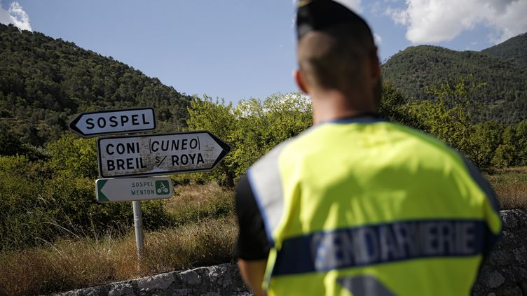 Un gendarme français, à Sospel (Alpes-Maritimes), près de la frontière italienne, le 9 août 2017. (MARCO BERTORELLO / AFP)