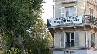 Une banderole contre la salle de shoot est accrochée sur la façade d'un immeuble de la rue Ambroise-Paré, dans le 10e arrondissement de Paris, le 11 octobre 2016. (MAXPPP)