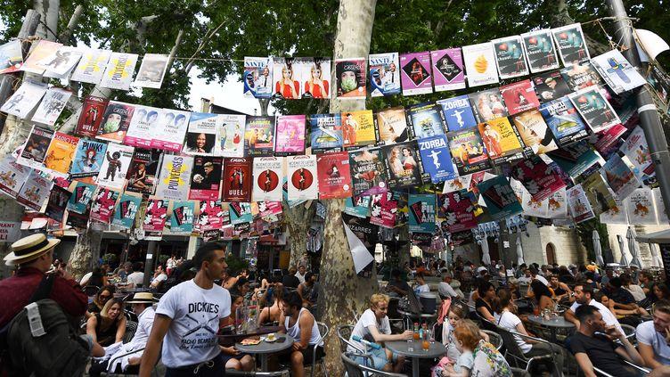 Les affiches des pièces de théâtres'agrafent partout dans la ville d'Avignon pour en faire la publicité. (BORIS HORVAT / AFP)