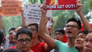 Des manifestants vietnamiens protestent contre l'installation d'une plateforme pétrolière chinoise dans des eaux revendiquées par le Vietnam, le 11 mai 2014, devant l'ambassade de Chine à Hanoï (Vietnam). (MAI KY / AFP)