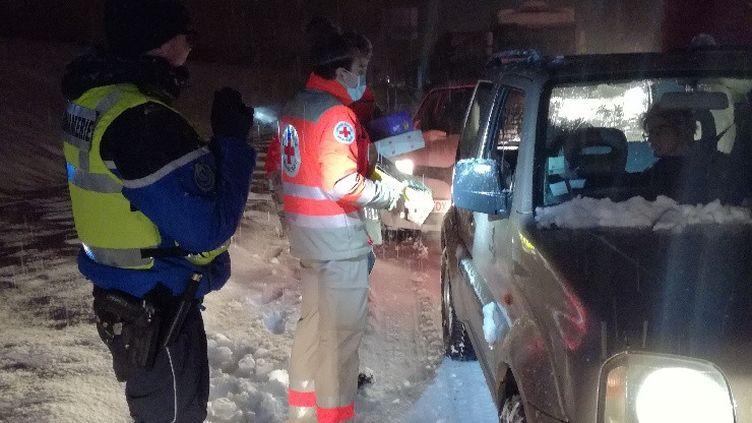 Des renforts de la Croix-Rouge interviennent, dans la nuit du 12 au 13 janvier 2021 sur l'A40, dans l'Ain, où des centaines d'automobilistes se sont retrouvés bloqués à cause de fortes chutes de neige. (Gendarmerie de l'Ain - EDSR)