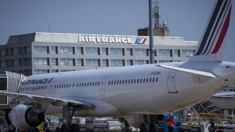 Un avion Air France devant le siège de la compagnie aérienne. (JOEL SAGET / AFP)