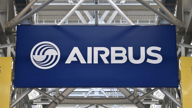Un logo sur le site d'assemblage de l'Airbus A380 à Blagnac (Haute-Garonne), le 21 mars 2018. (PASCAL PAVANI / AFP)