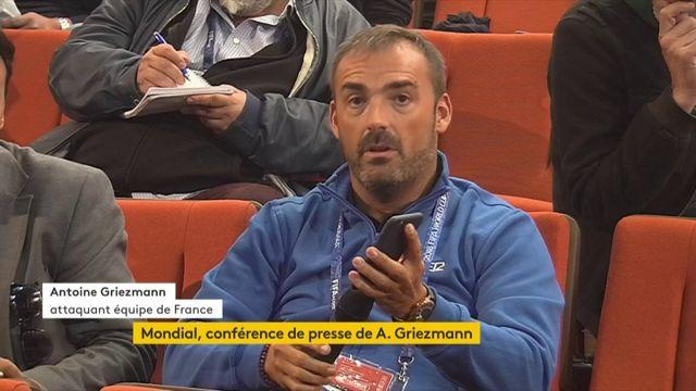 Un journaliste espagnol pose une question à Antoine Griezmann avec Siri