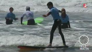 """L'association """"See Surf"""" permet à des personnes aveugles et malvoyantes une activité qu'il leur été jusque-là impossible : le surf. (FRANCE 2)"""