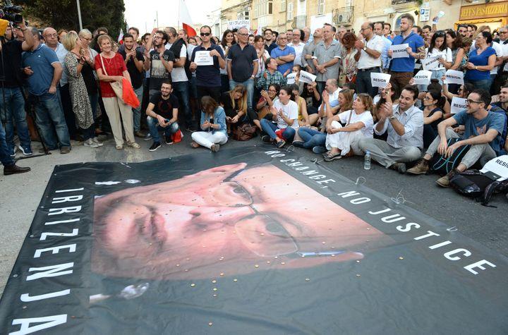 Des manifestants réclamaient la démission du chef de la police maltaise, Lawrence Cutajar (en photo sur la banderole), en octobre 2017. (MATTHEW MIRABELLI / AFP)